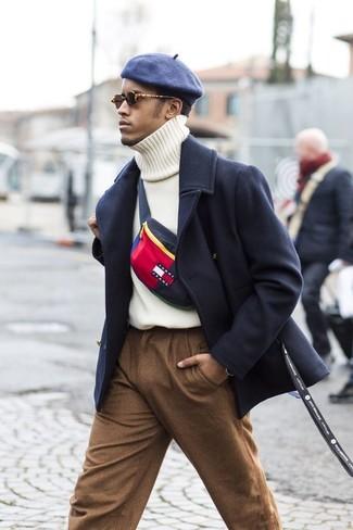 Cómo combinar: abrigo largo azul marino, jersey de cuello alto de punto blanco, pantalón de vestir de lana marrón, gorra inglesa azul marino