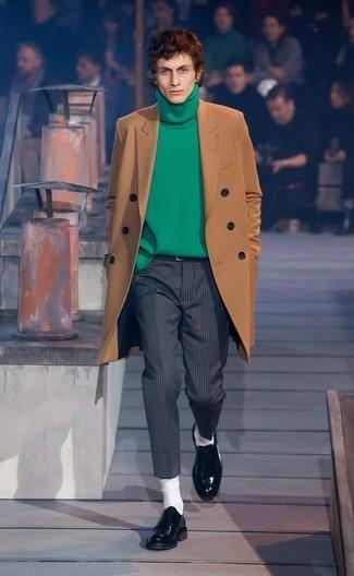Cómo combinar: abrigo largo marrón, jersey de cuello alto de punto verde, pantalón de vestir de lana de rayas verticales en gris oscuro, mocasín de cuero negro