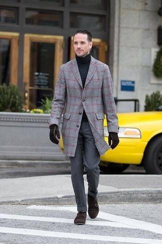 Cómo combinar: abrigo largo de tartán gris, jersey de cuello alto negro, pantalón de vestir en gris oscuro, zapatos con doble hebilla de ante en marrón oscuro