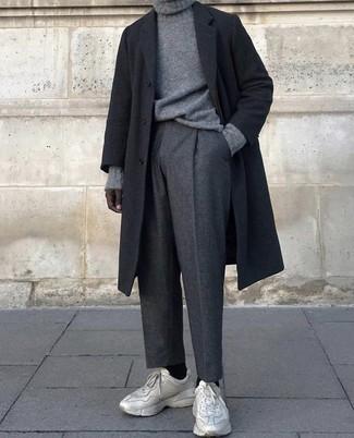 Cómo combinar: abrigo largo negro, jersey de cuello alto de punto gris, pantalón de vestir de lana en gris oscuro, deportivas en beige