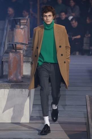 Cómo combinar: abrigo largo marrón claro, jersey de cuello alto verde, pantalón de vestir de rayas verticales en gris oscuro, zapatos derby de cuero negros
