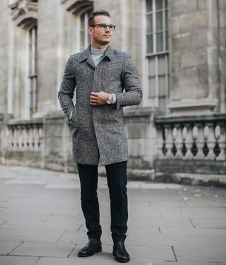 Cómo combinar: abrigo largo gris, jersey de cuello alto gris, pantalón de vestir de lana negro, botines chelsea de cuero negros