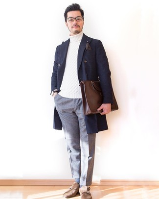 Cómo combinar: abrigo largo de tartán azul marino, jersey de cuello alto de punto blanco, pantalón de vestir de lana gris, zapatos con doble hebilla de ante marrónes