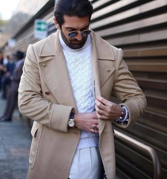 Cómo combinar: abrigo largo en beige, jersey de cuello alto de punto blanco, pantalón de vestir blanco, reloj de cuero negro