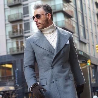 Cómo combinar: abrigo largo gris, jersey de cuello alto de punto blanco, pañuelo de bolsillo blanco, guantes de ante negros