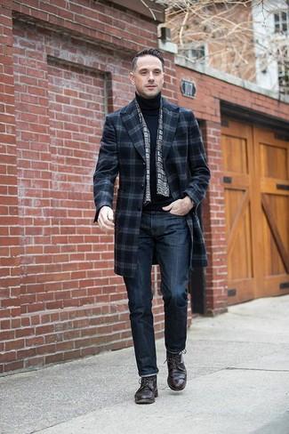 Emparejar un abrigo largo de tartán azul marino junto a una bufanda a cuadros es una opción perfecta para una apariencia clásica y refinada. Este atuendo se complementa perfectamente con zapatos derby de cuero marrón oscuro.