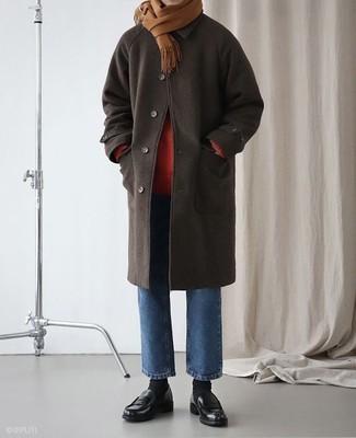 Cómo combinar: abrigo largo en marrón oscuro, jersey de cuello alto rojo, vaqueros azules, mocasín de cuero negro
