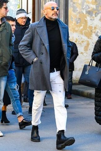 Cómo combinar: abrigo largo gris, jersey de cuello alto negro, vaqueros desgastados blancos, botines chelsea de cuero negros