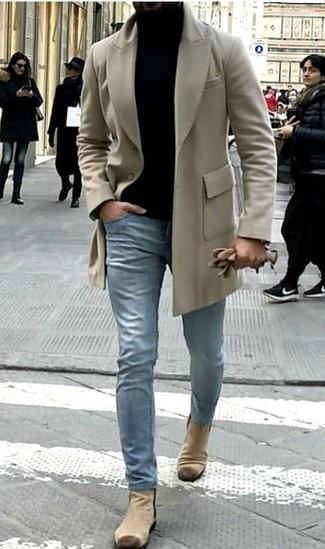 Cómo combinar: abrigo largo en beige, jersey de cuello alto negro, vaqueros celestes, botines chelsea de ante en beige