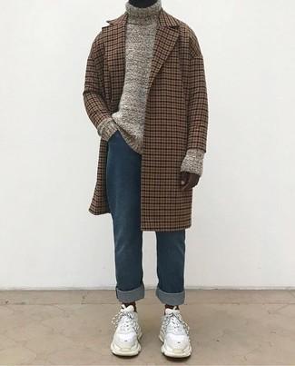 Cómo combinar: abrigo largo a cuadros marrón, jersey de cuello alto de punto en beige, vaqueros azules, deportivas de ante blancas
