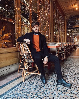 Cómo combinar: abrigo largo negro, jersey de cuello alto naranja, vaqueros negros, botines chelsea de cuero negros