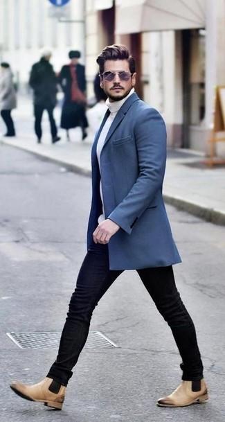 Cómo combinar: abrigo largo azul, jersey de cuello alto de punto blanco, vaqueros pitillo negros, botines chelsea de cuero marrón claro