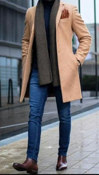 Cómo combinar: abrigo largo marrón claro, jersey de cuello alto azul marino, vaqueros pitillo azules, botines chelsea de cuero en marrón oscuro