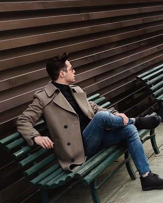 Cómo combinar: abrigo largo marrón, jersey de cuello alto negro, vaqueros pitillo azules, botas safari de ante negras