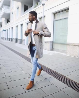 Cómo combinar: abrigo largo gris, jersey de cuello alto blanco, vaqueros pitillo celestes, botines chelsea de ante en tabaco