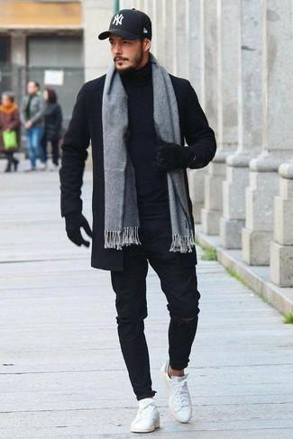 Cómo combinar: abrigo largo negro, jersey de cuello alto negro, vaqueros pitillo desgastados negros, tenis de cuero blancos