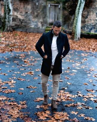 Cómo combinar: abrigo largo negro, jersey de cuello alto blanco, vaqueros pitillo desgastados grises, botines chelsea de ante en gris oscuro