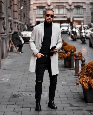 Cómo combinar: abrigo largo gris, jersey de cuello alto negro, vaqueros pitillo desgastados negros, botines chelsea de cuero negros