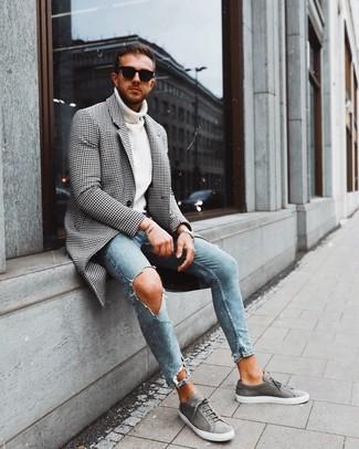 Cómo combinar: abrigo largo de cuadro vichy en negro y blanco, jersey de cuello alto de punto blanco, vaqueros pitillo desgastados celestes, tenis de ante grises