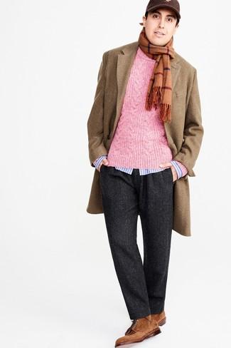 Cómo combinar: abrigo largo marrón claro, jersey de ochos rosa, camisa de manga larga de rayas verticales celeste, pantalón de vestir de lana de espiguilla en gris oscuro