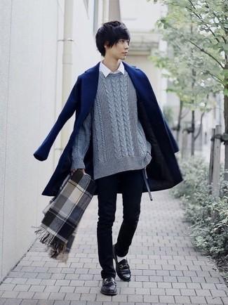 Cómo combinar: abrigo largo azul marino, jersey de ochos gris, camisa de manga larga blanca, vaqueros pitillo negros