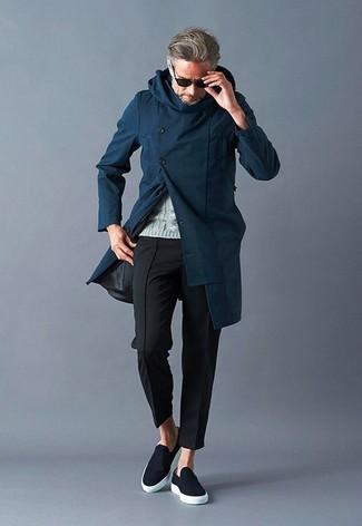 Cómo combinar: abrigo largo azul marino, jersey de ochos gris, pantalón chino negro, zapatillas slip-on negras