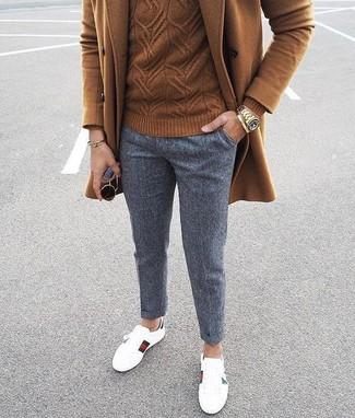 Cómo combinar: abrigo largo marrón, jersey de ochos marrón, pantalón chino de lana gris, tenis de cuero blancos