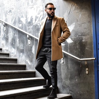 Cómo combinar: abrigo largo marrón claro, jersey de ochos negro, pantalón chino negro, botines chelsea de ante negros