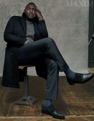 Cómo combinar: abrigo largo negro, jersey de ochos gris, pantalón de vestir negro, zapatos derby de cuero negros