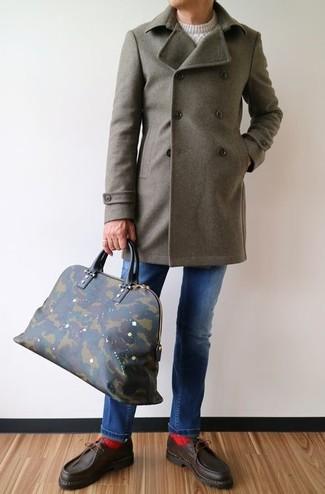 Cómo combinar: abrigo largo verde oliva, jersey de ochos blanco, vaqueros azules, náuticos de cuero en marrón oscuro