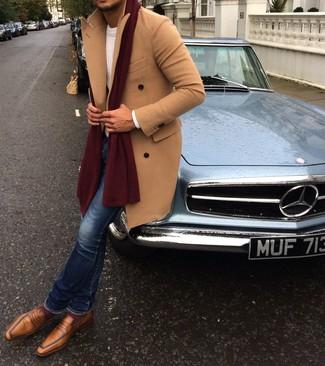 Cómo combinar: abrigo largo marrón claro, jersey de ochos blanco, vaqueros pitillo azules, mocasín de cuero marrón claro