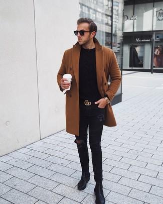Cómo combinar: abrigo largo en tabaco, jersey de ochos negro, vaqueros pitillo desgastados negros, botines chelsea de cuero negros