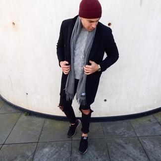 Cómo combinar: abrigo largo negro, jersey de ochos gris, vaqueros pitillo desgastados negros, tenis negros