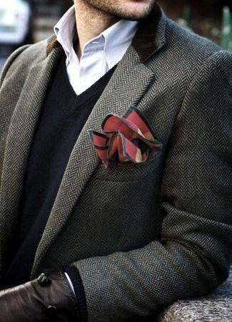 Cómo combinar: abrigo largo en gris oscuro, jersey de pico negro, camisa de manga larga blanca, pañuelo de bolsillo rojo