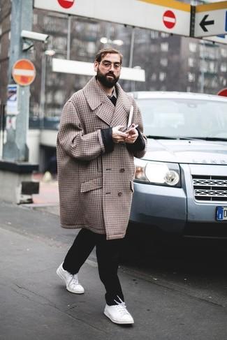 Cómo combinar: abrigo largo a cuadros marrón, jersey de pico negro, camisa de manga larga de tartán gris, pantalón chino negro
