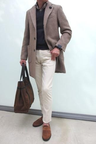 Cómo combinar: abrigo largo en beige, jersey de pico negro, camisa de manga larga de cuadro vichy en marrón oscuro, pantalón chino en beige