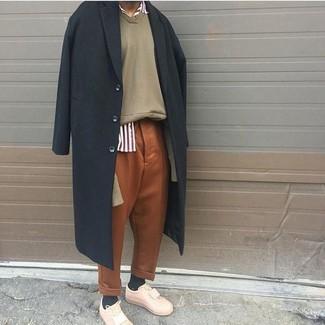 Cómo combinar: abrigo largo negro, jersey de pico en beige, camisa de manga larga de rayas verticales en blanco y rojo, pantalón chino en tabaco