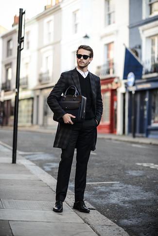 Cómo combinar: abrigo largo de tartán en gris oscuro, jersey de pico negro, camisa de vestir blanca, pantalón de vestir negro