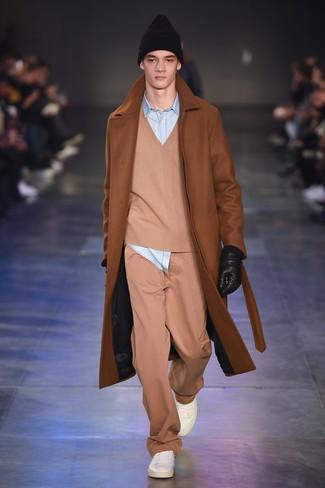 Cómo combinar: abrigo largo en tabaco, jersey de pico marrón claro, camisa vaquera celeste, pantalón chino marrón claro