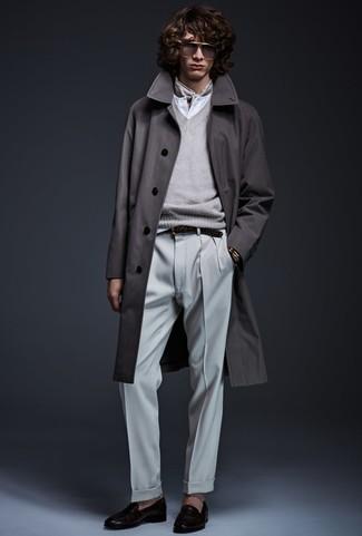 Cómo combinar: abrigo largo en gris oscuro, jersey de pico gris, camiseta henley blanca, pantalón de vestir gris
