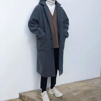 Cómo combinar: abrigo largo azul marino, jersey de pico marrón, jersey de cuello alto blanco, pantalón de vestir negro