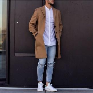 Cómo combinar: abrigo largo marrón, camisa de vestir blanca, vaqueros pitillo desgastados celestes, tenis de cuero blancos