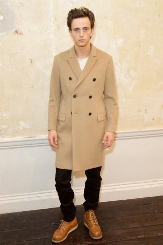 Cómo combinar: abrigo largo marrón claro, camiseta con cuello circular blanca, pantalón chino negro, botas casual de cuero marrón claro