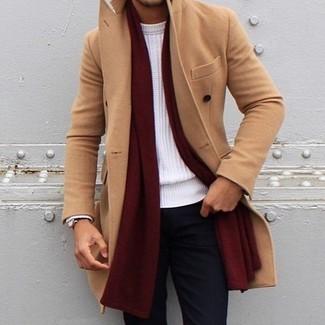 Cómo combinar: abrigo largo marrón claro, jersey con cuello circular blanco, pantalón chino negro, bufanda burdeos