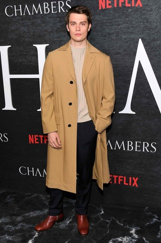 Cómo combinar: abrigo largo marrón claro, jersey con cuello circular en beige, pantalón de vestir negro, botines chelsea de cuero burdeos