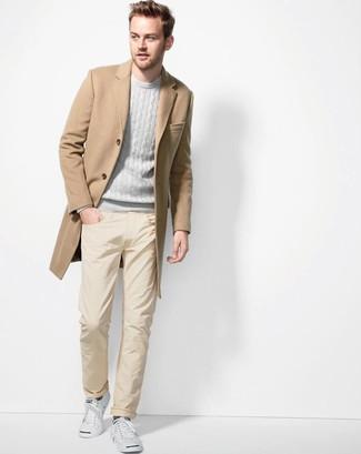 Cómo combinar: abrigo largo marrón claro, jersey con cuello circular gris, pantalón chino amarillo, tenis blancos