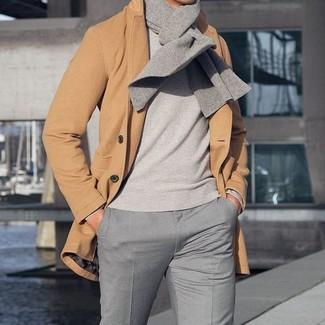 Cómo combinar: abrigo largo marrón claro, jersey con cuello circular gris, pantalón de vestir gris, bufanda gris