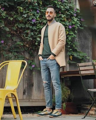 Cómo combinar: abrigo largo marrón claro, jersey con cuello circular verde oscuro, vaqueros desgastados celestes, tenis verde oscuro