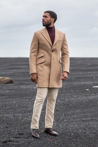 Cómo combinar: abrigo largo marrón claro, jersey de cuello alto burdeos, pantalón chino en beige, zapatos derby de cuero en marrón oscuro