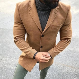 Cómo combinar: abrigo largo marrón claro, jersey de cuello alto en gris oscuro, pantalón chino verde oliva